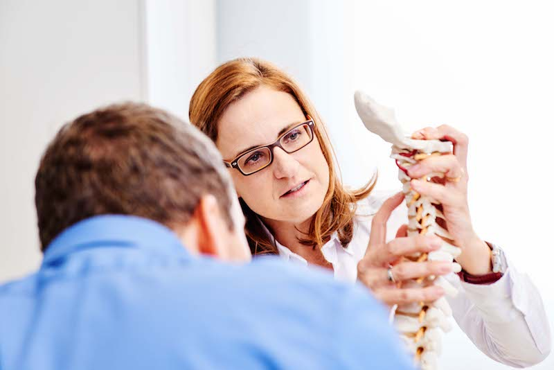 Dr. Melanie Kebernik untersucht und behandelt die Ursachen für Bandscheibenvorfälle.